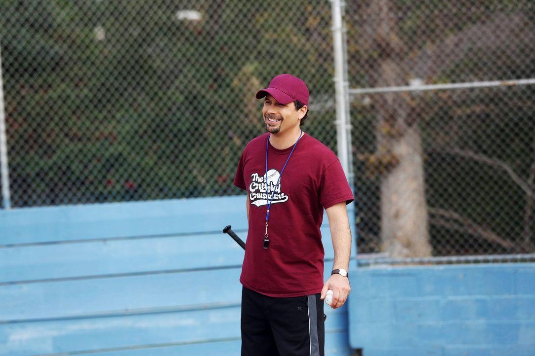 George (Jeremy Sisto) greift beim Baseball-Training seiner Freundin unter die Arme. Sie möchte mit ihrer Kindermannschaft auf jeden Fall das nächste... - Bildquelle: Warner Brothers
