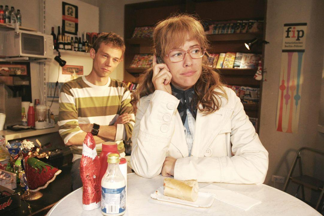 Lisa (Alexandra Neldel, r.) zeigt sich resistent, als David anruft, um mit ihr über seinen Streit mit Mariella zu sprechen. Jürgen (Oliver Bokern, l... - Bildquelle: Noreen Flynn Sat.1