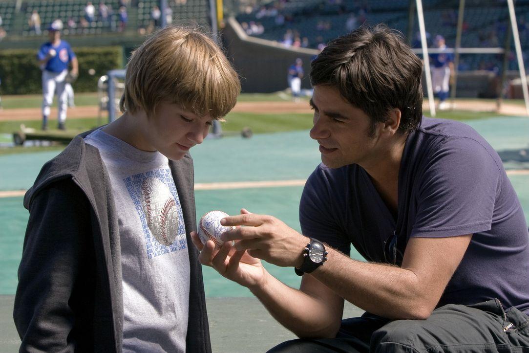 Gates (John Stamos, r.) kümmert sich weiter um Joshua (Miles Heizer, l.), den aufgeweckten Jungen mit der tödlichen Krankheit. Und um ihn von sein... - Bildquelle: Warner Bros. Television