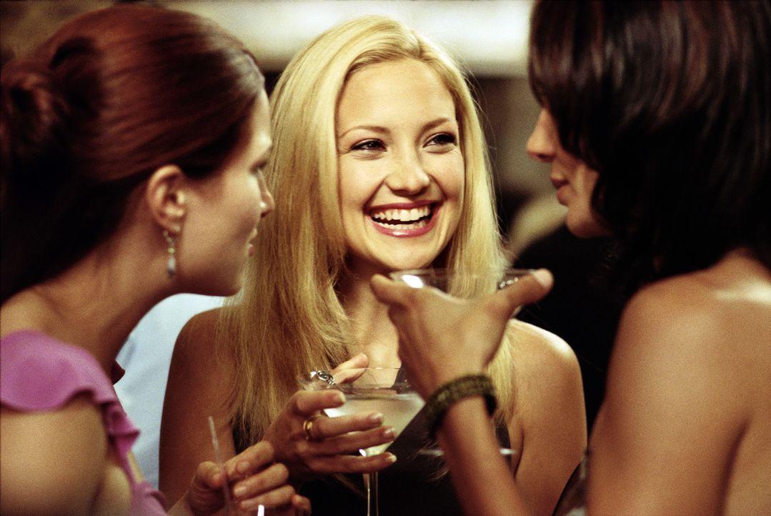 Journalistin Andie (Kate Hudson, M.) soll in einer Kolumne über die Fehler in jungen Beziehungen schreiben - und im Selbstversuch einen Mann innerh... - Bildquelle: Paramount Pictures