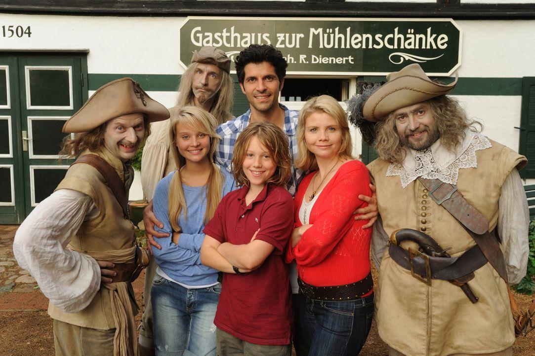 Zeigen der Konkurrenz, dass im Spessart die Geister los sind: (v.l.n.r.) Karl (Michael Kessler), Miriam (Sonja Gerhardt), Chlodwig (Andreas Schmidt,... - Bildquelle: SAT.1