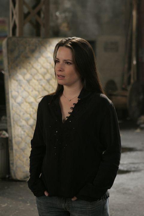 Piper (Holly Marie Combs) wird von Dämonen angegriffen und fällt ins Koma ... - Bildquelle: Paramount Pictures