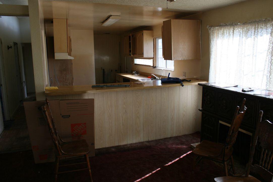 Als Tarek und Christina die renovierungsbedürftige Immobilie von innen besichtigen, sind überrascht über den relativ guten Zustand im Vergleich zur... - Bildquelle: 2015,HGTV/Scripps Networks, LLC. All Rights Reserved