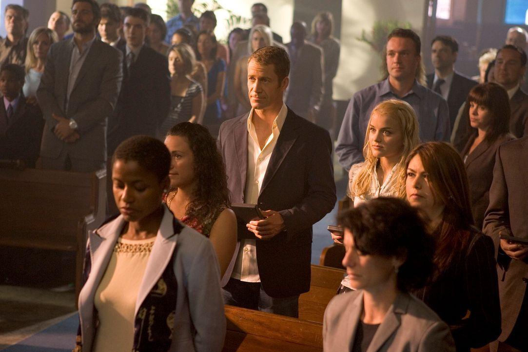 In Eureka (Colin Ferguson, M., Jordan Hinson, M. r.) geschehen mysteriöse Dinge, hinter denen allem Anschein nach eine Kirchenmusikerin steckt ... - Bildquelle: Universal Television