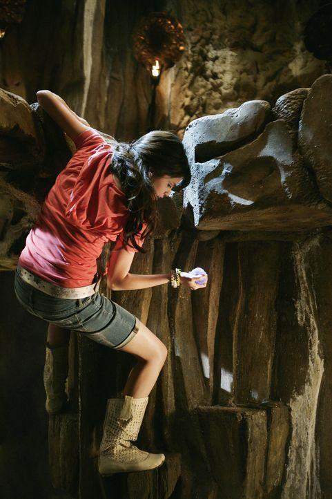 """Endlich kann Alex (Selena Gomez) den """"Stein der Träume"""" in ihren Besitz bringen, doch sie hat eine starke Konkurrentin, die nichts unversucht läss... - Bildquelle: 2009 DISNEY ENTERPRISES, INC. All rights reserved. NO ARCHIVING. NO RESALE."""