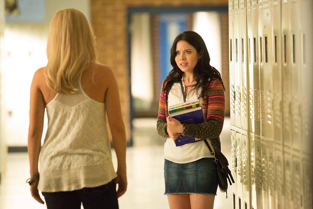 Die naive April (Grace Phipps, l.) ist die perfekte Dienerin für Rebekah (Claire Holt, l.). Tut April es sogar freiwillig? - Bildquelle: Warner Brothers