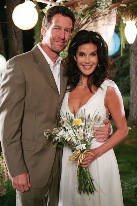 Hochzeitsfieber: Susan (Teri Hatcher, r.) und Mike (James Denton, l.) ... - Bildquelle: 2005 Touchstone Television  All Rights Reserved