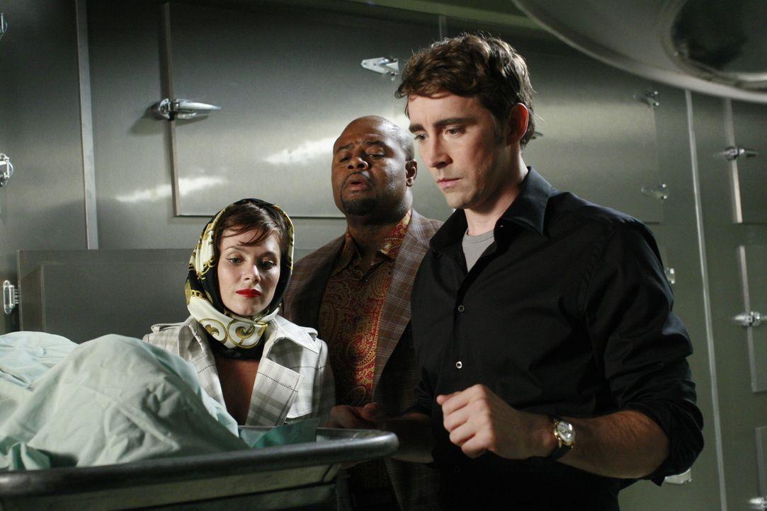 Chuck (Anna Friel, l.), Ned (Lee Pace r.) und Emerson Cod (Chi McBride, M.) wollen den Toten ein letztes Mal wecken, um von ihm zu erfahren, wer sei... - Bildquelle: Warner Brothers