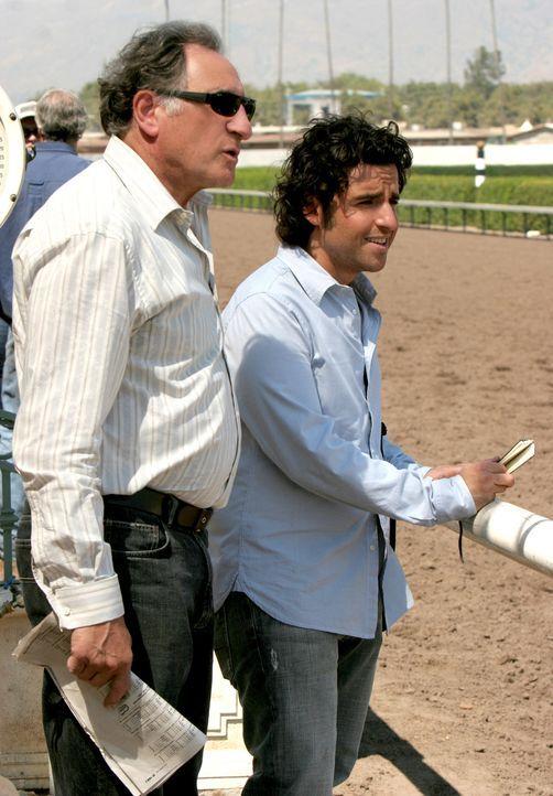 Suchen auf der Rennbahn nach Hinweisen: Charlie (David Krumholtz, r.) und Alan (Judd Hirsch, l.) ... - Bildquelle: Paramount Network Television
