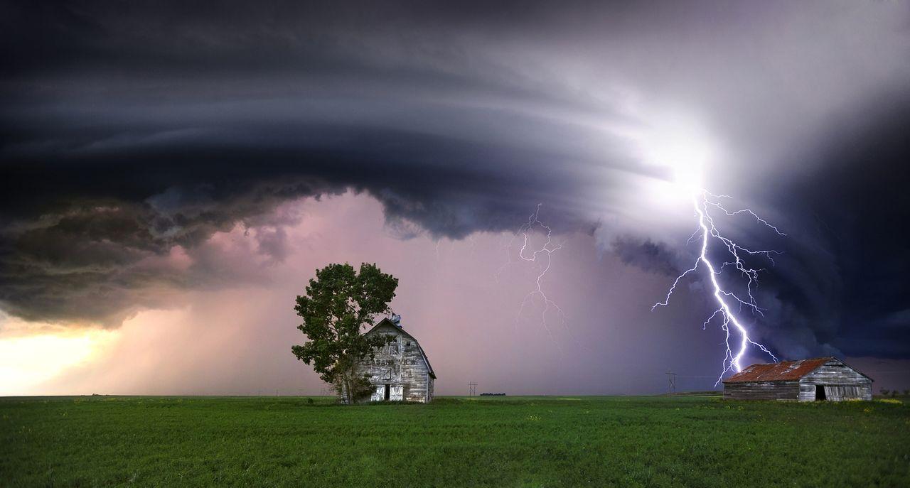 Tornados können ganze Gebäude, Fahrzeuge und riesige Gegenstände in die Luft reißen und mit Softball großen Hagelkörnern die Umgebung terrorisieren...
