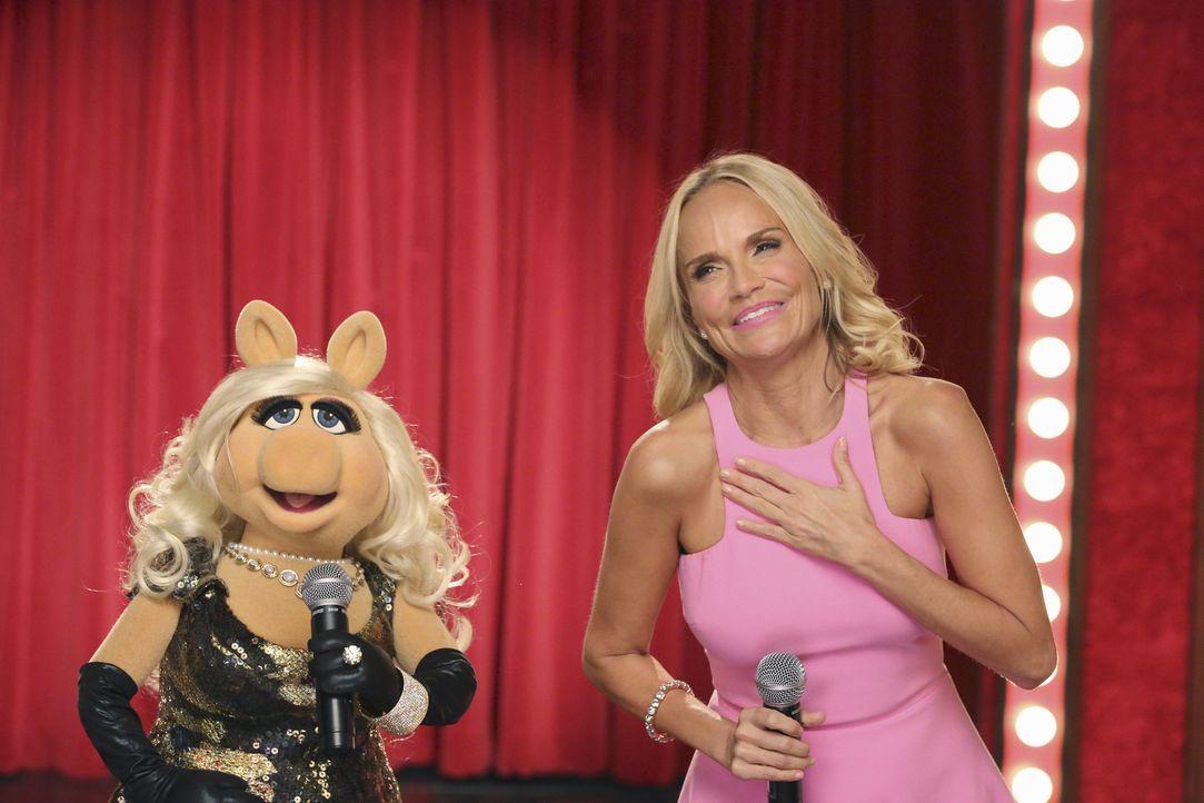 Während Kermit ein Geschenk für seine Freundin sucht, tritt Musicaldarstellerin Kristin Chenoweth (r.) bei Miss Piggy (l.) in der Show auf ... - Bildquelle: Carol Kaelson ABC Studios