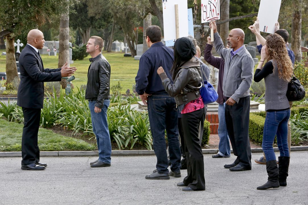 Als Zyanid aus einem gemeinschaftlichen Wasserkrug einen Leutnant tödlich vergiftet, müssen Callen (Chris O'Donnell, 2.v.l.) und Sam (LL Cool J, l.)... - Bildquelle: CBS Studios Inc. All Rights Reserved.