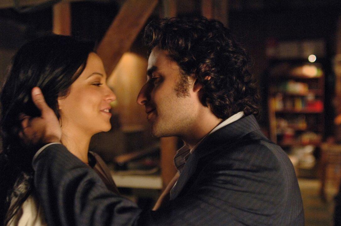 Charlie (David Krumholtz, r.) und Amita (Navi Rawat, l.) fühlen sich zueinander hingezogen ... - Bildquelle: Paramount Network Television