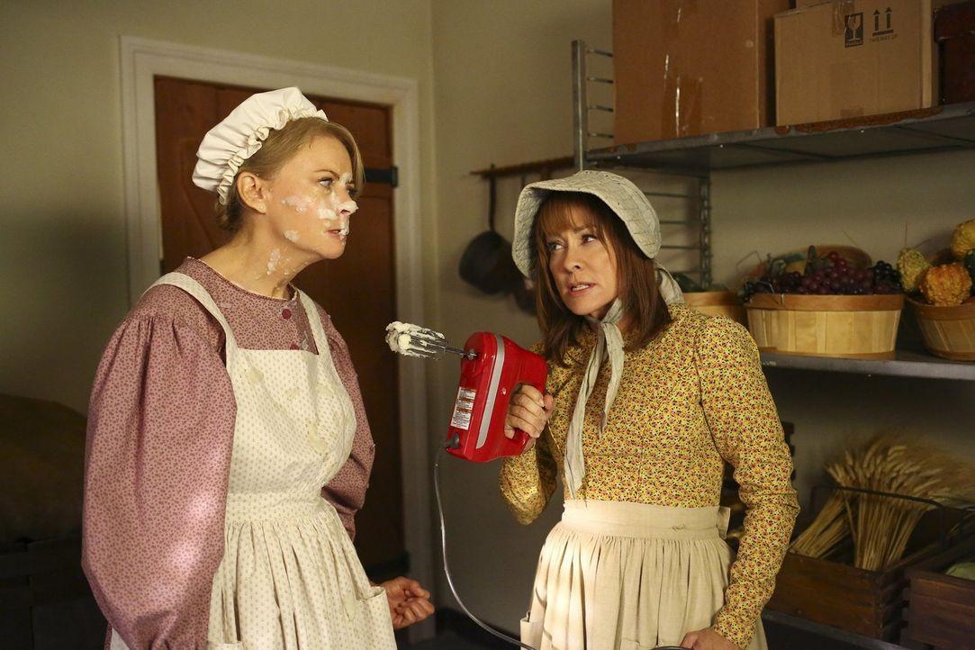 Sheila (Faith Ford, l.); Frankie (Patricia Heaton, r.) - Bildquelle: Warner Brothers