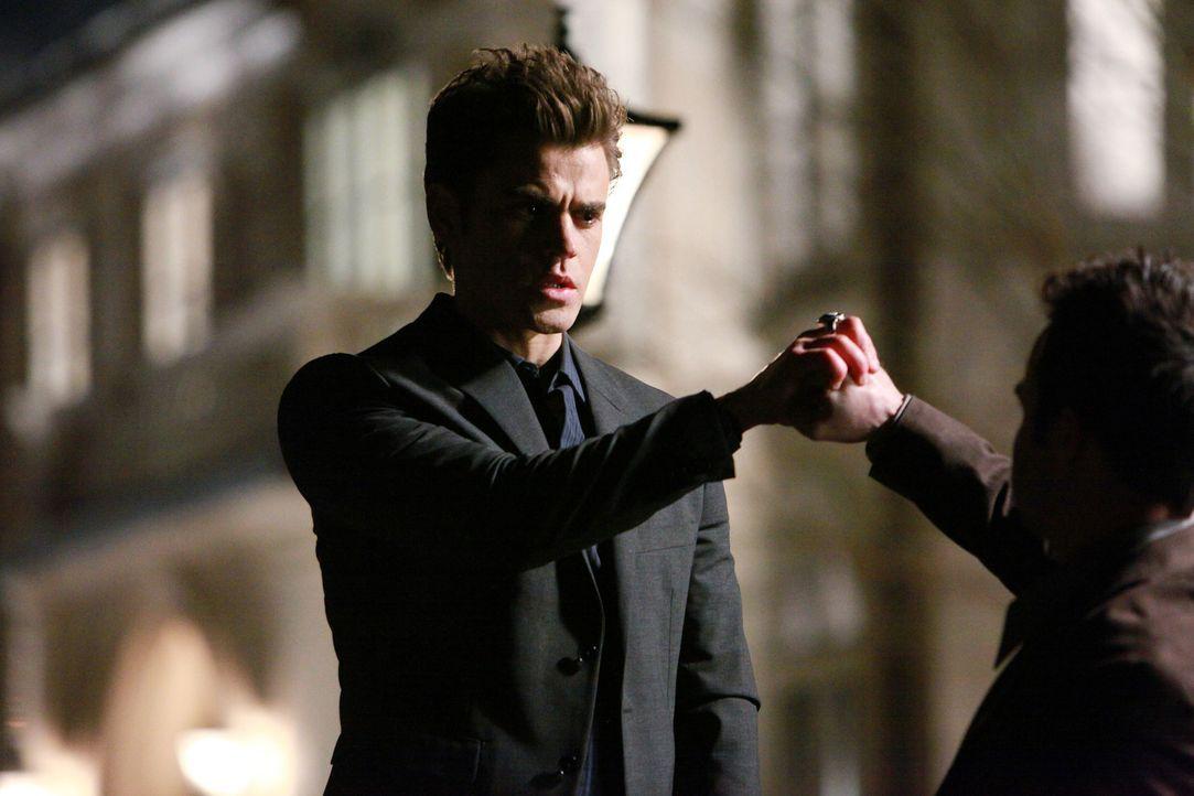 Kann Stefan (Paul Wesley, l.) seinem Verlangen nach Blut widerstehen? - Bildquelle: Warner Bros. Television