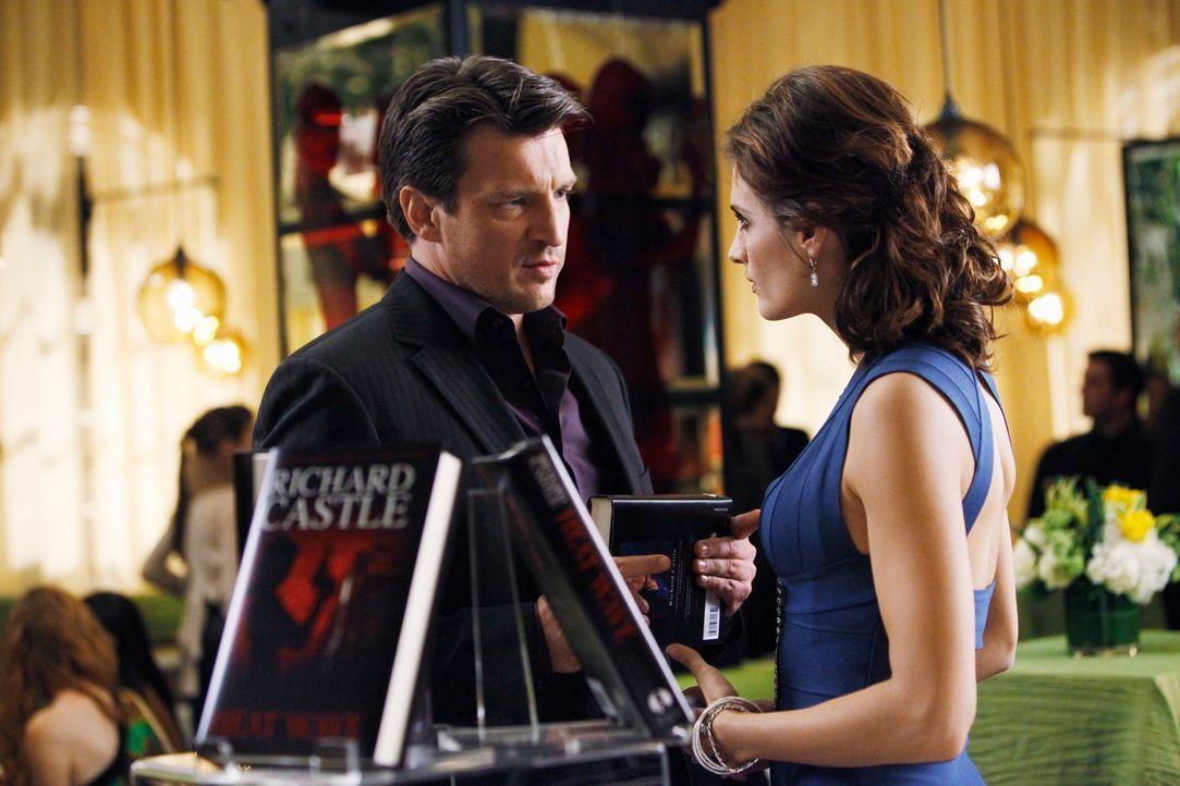 Kate Beckett (Stana Katic, r.) will von Richard Castle (Nathan Fillion, l.) wissen, ob er das verlockende Angebot seiner Agentin angenommen hat. - Bildquelle: ABC Studios