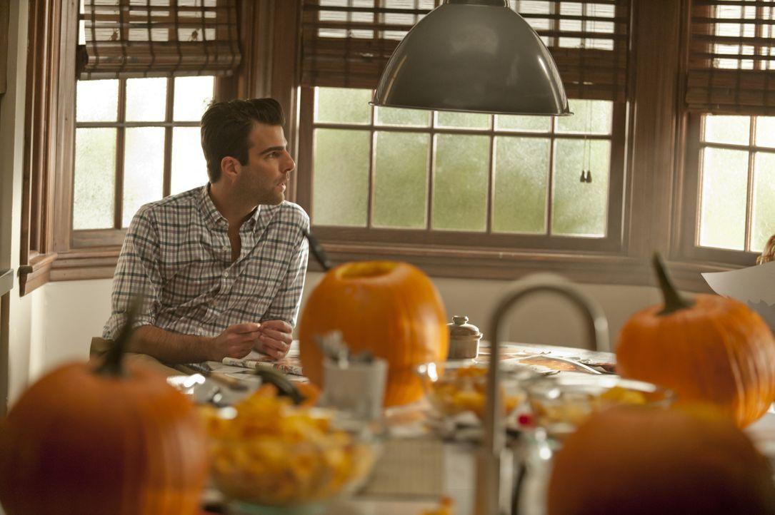 Chad (Zachary Quinto) und Patrick, das schwule Pärchen, welches zuletzt im Haus den Tod fand, stattet den Harmons einen Besuch ab ... - Bildquelle: 2011 Twentieth Century Fox Film Corporation. All rights reserved.