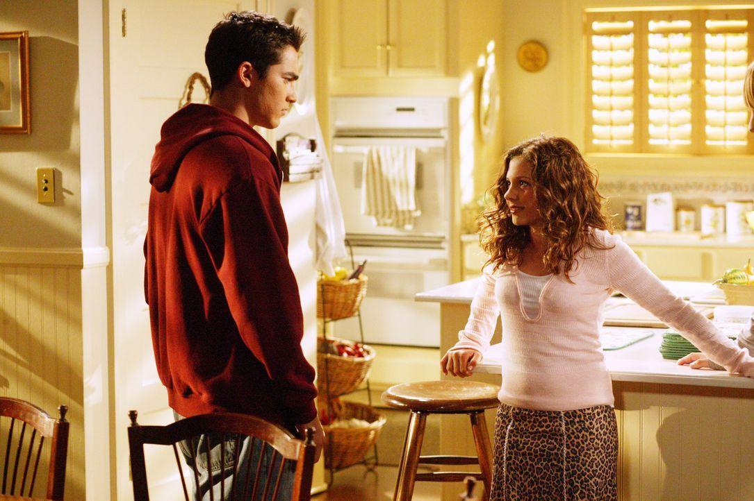 Ruthie (Mackenzie Rosman, r.) legt zum ersten Mal Make-up auf, um damit älter zu wirken. Sie ist in Martins (Tyler Hoechlin, l.) Freund verliebt. Ih... - Bildquelle: The WB Television Network