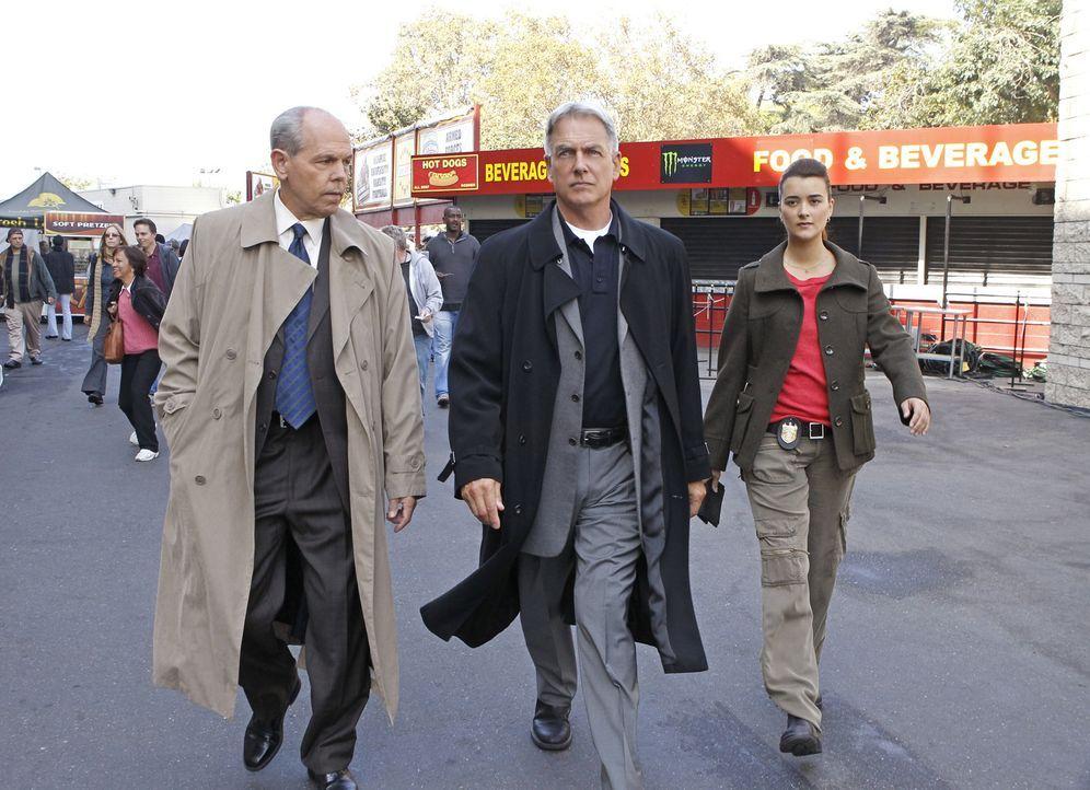 Ermitteln in einem neuen Fall: FBI Agent T.C. Fornell (Joe Spano, l.), Special Agent Leroy Jethro Gibbs (Mark Harmon, M.) und Special Agent Ziva Dav... - Bildquelle: CBS Television