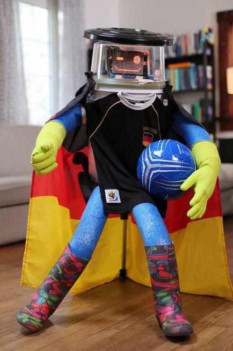 Mit einigen Aufgaben im Gepäck reist hitchBOT per Anhalter durch Deutschland. Wird es ihm zum Beispiel gelingen, ein Selfie mit einem Weltmeister zu... - Bildquelle: ProSieben