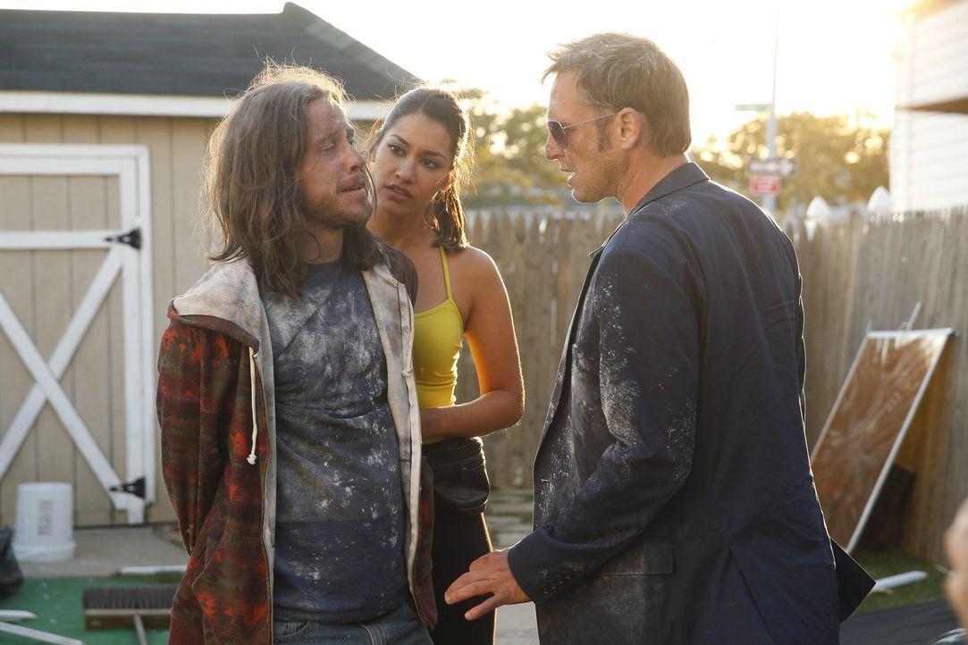 Hat Spike (Johnny Hopkins, l.) etwas mit dem Mord zu tun, in dem das Team gerade ermittelt? Meredith (Janina Gavankar, M.) und Jake (Josh Lucas, r.)... - Bildquelle: Warner Bros. Entertainment, Inc.