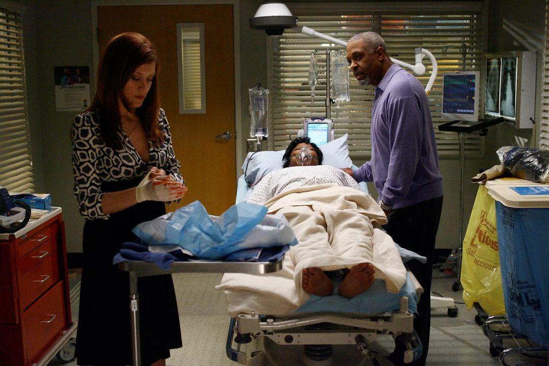 Addison (Kate Walsh, l.) teilt Richard (James Pickens Jr., r.) mit, dass sie bei Adele (Loretta Devine, M.) eine Fehlgeburt befürchtet ... - Bildquelle: Touchstone Television