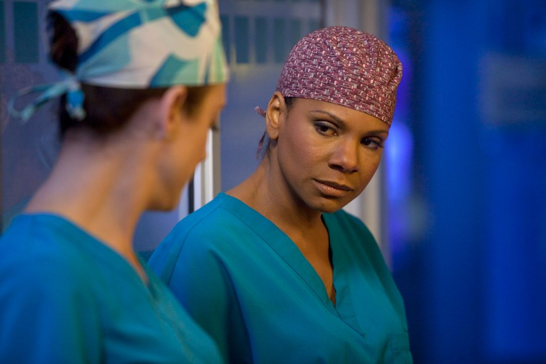 Versuchen Leben zu retten: Addison (Kate Walsh, l.) und Naomi (Audra McDonald, r.) ... - Bildquelle: ABC Studios