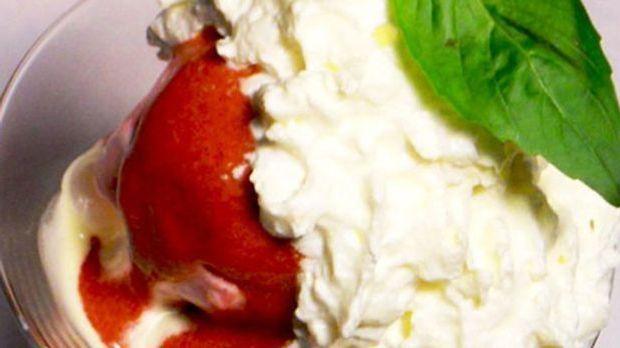 Zum fruchtigen Salat gibt es Vanillesoße, selbstgemachtes Erdbeereis und Sahne