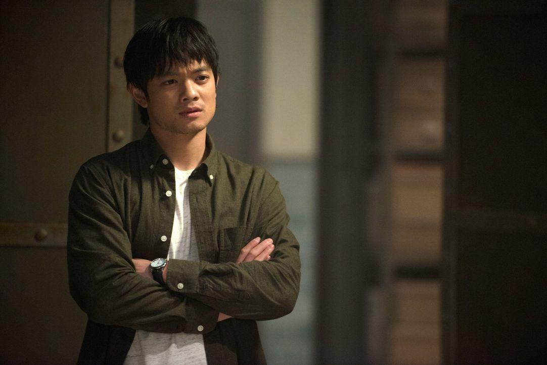 Kevin (Osric Chau) gelingt es, wenigstens ein paar Zeilen von der Tafel zu entziffern, doch wirklich voranbringen tut das keinen ... - Bildquelle: 2013 Warner Brothers