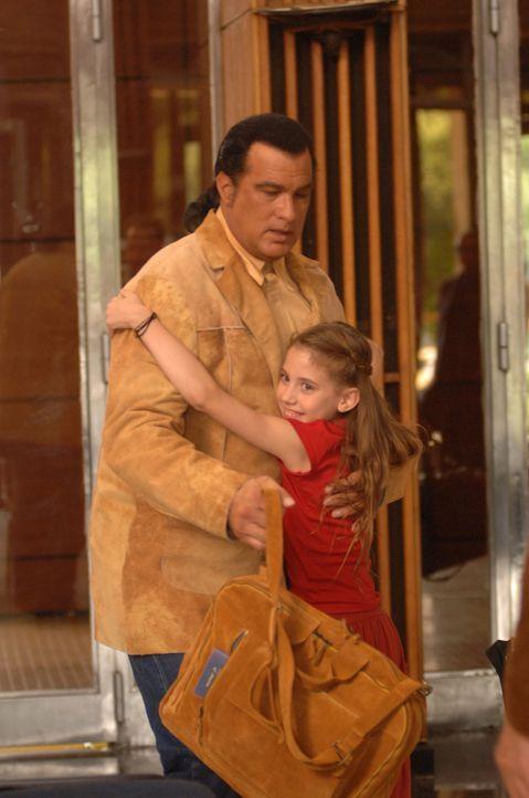 Eines Tages wird Jack Fosters (Steven Seagal, l.) kleine Tochter (Skye Bennett, r.) von skrupellosen Gangstern entführt ... - Bildquelle: 2006 Micro Fusion 2005-1 LLP. All rights reserved.