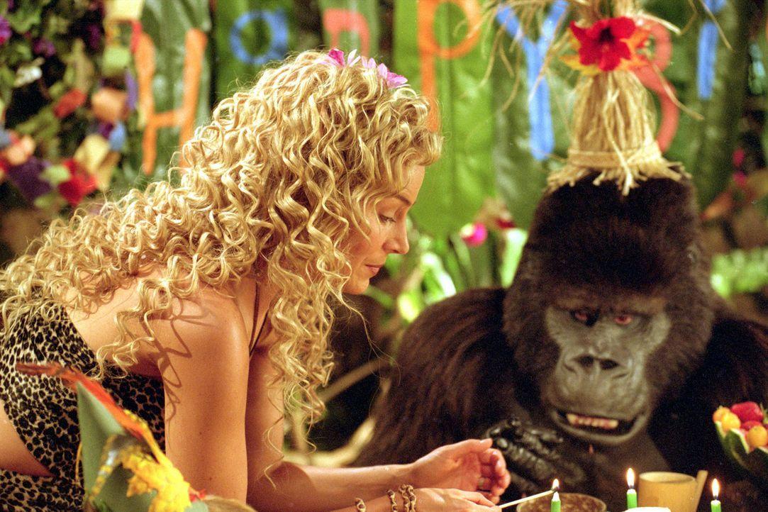 Geburtstagsfeier im Dschungel: Ursula (Julie Benz, l.) und der sprechende Gorilla Ape (r.) - Bildquelle: Walt Disney Pictures