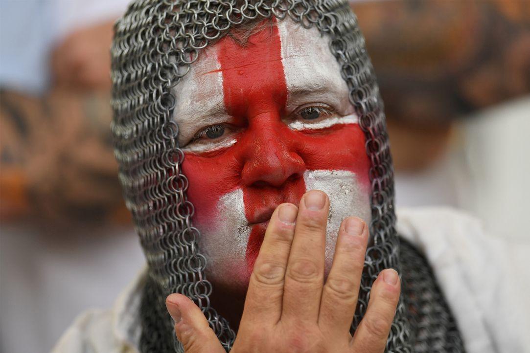 Swedish_fan_kiss_chainshirt_PAUL ELLIS_AFP - Bildquelle: AFP / PAUL ELLIS