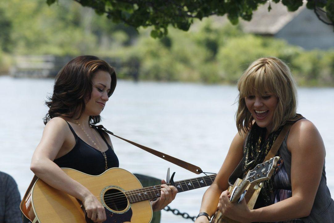 Straßenmusikerin Grace Potter (Grace Porter, r.) freut sich, dass Haley (Bethany Joy Galeotti, l.) mit ihr zusammen musizieren möchte ... - Bildquelle: Warner Bros. Pictures