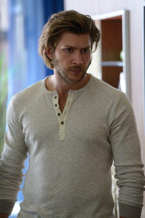 Clay (Greyston Holt) deckt eine Verbindung zwischen den beiden Welten auf, die Elena so akribisch versucht zu trennen ... - Bildquelle: 2014 She-Wolf Season 1 Productions Inc.