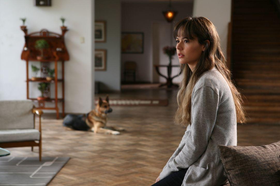 Schon bald befürchtet Fabiana (Martina García), dass es im Haus spukt. Doch dann erhält sie Besuch von der Polizei, der Belens plötzliches Verschwin... - Bildquelle: Twentieth Century Fox Film Corporation. All rights reserved.
