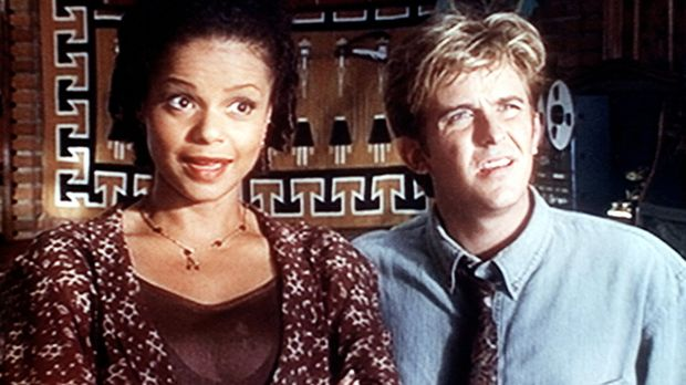 Amanda (Victoria Rowell, l.) und Jesse (Charlie Schlatter, r.) sind im Büro v...