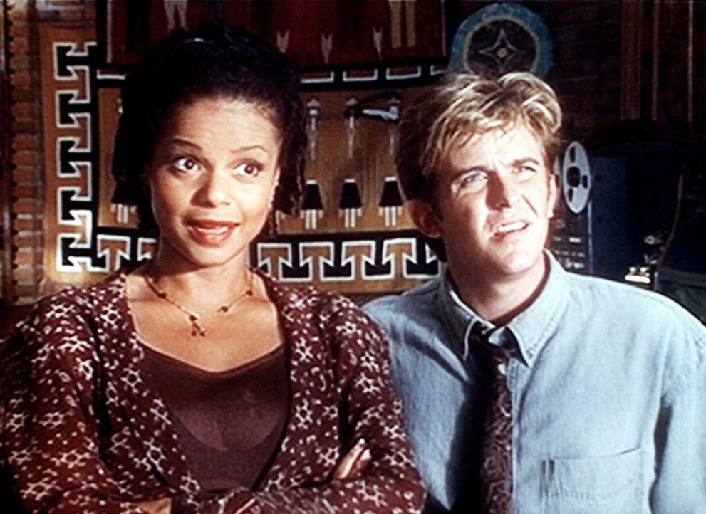Amanda (Victoria Rowell, l.) und Jesse (Charlie Schlatter, r.) sind im Büro vom Dr. Harding, Chefarzt des St. Victor's Hospitals. - Bildquelle: Viacom