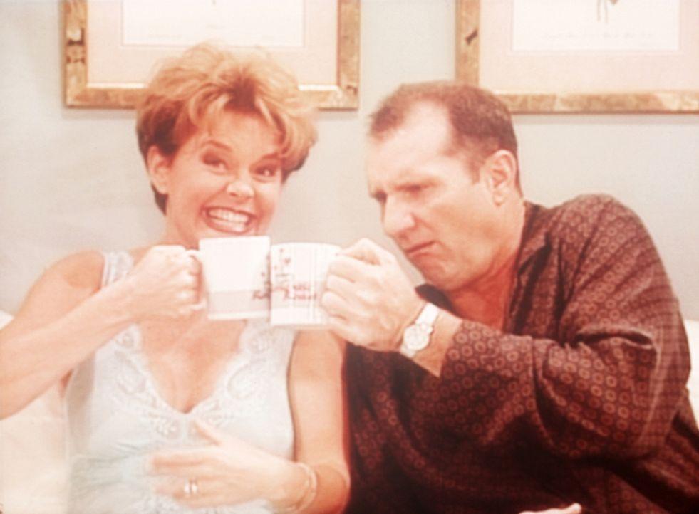 Für einen Werbespot steigen Marcy (Amanda Bearse, l.) und Al (Ed O'Neill, r.) gemeinsam ins Bett. - Bildquelle: Sony Pictures Television International. All Rights Reserved.