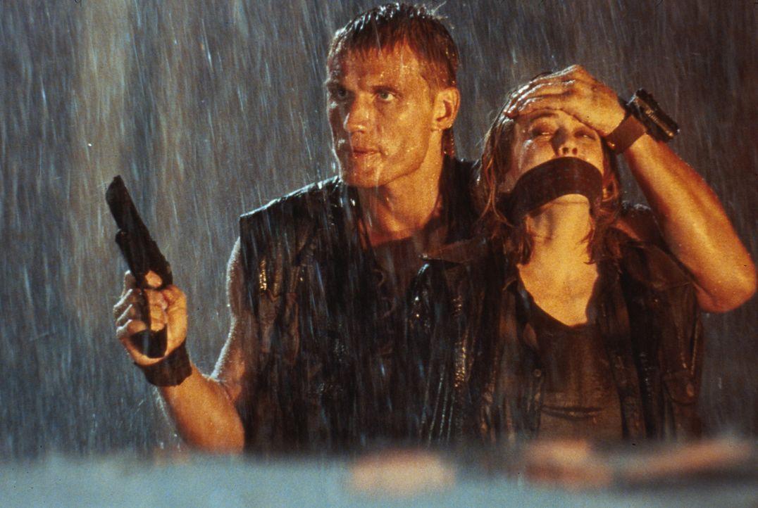 Als Veronica (Ally Walker, r.) Andrew (Dolph Lundgren, l.) in die Hände fällt, scheint ihr letztes Stündlein geschlagen zu haben ... - Bildquelle: 1992 TriStar Pictures
