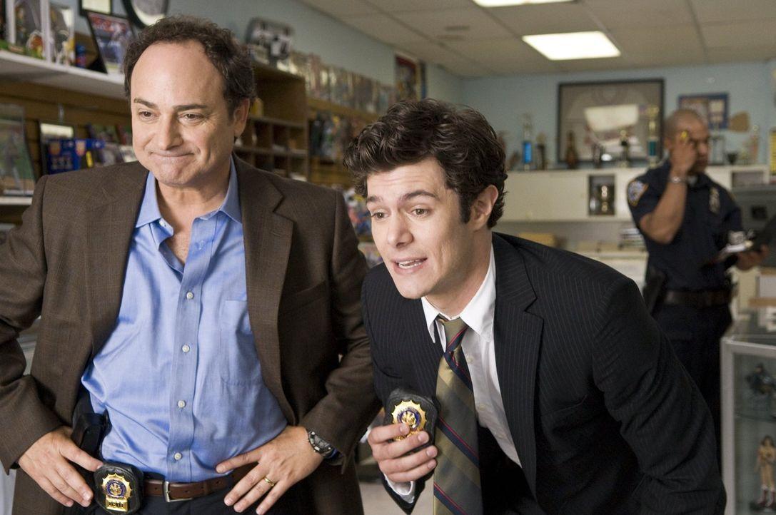 Als die beiden eifrigen Cops Hunsaker (Kevin Pollak, l.) und Mangold (Adam Brody, r.) bei einem Einsatz auf die Waffe ihres Kollegen Paul stoßen, wi... - Bildquelle: 2010 Warner Bros.