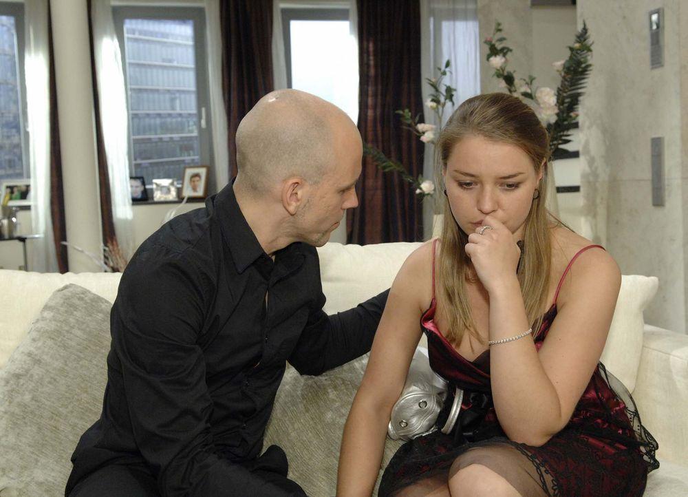 Katja (Karolina Lodyga, r.) schmollt, weil Gerrit (Lars Löllmann, l.) Annett Darcy den Job als PR-Managerin zugestanden hat. - Bildquelle: Sat.1