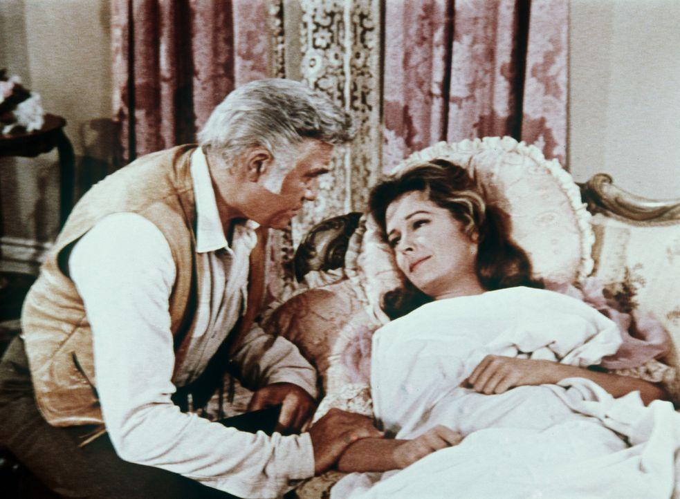 Ben Cartwright (Lorne Greene, l.) stattet Julia Bulette (Jane Greer), die niedergestochen wurde, einen Krankenbesuch ab. - Bildquelle: Paramount Pictures