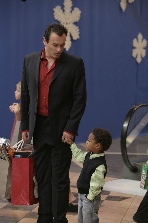 Christian (Julian McMahon, l.) bekommt ein überraschendes Weihnachtsgeschenk, als der dreijährige Wilber (Joshua Henry, r.) wieder in seinem Leben... - Bildquelle: TM and   2004 Warner Bros. Entertainment Inc. All Rights Reserved.