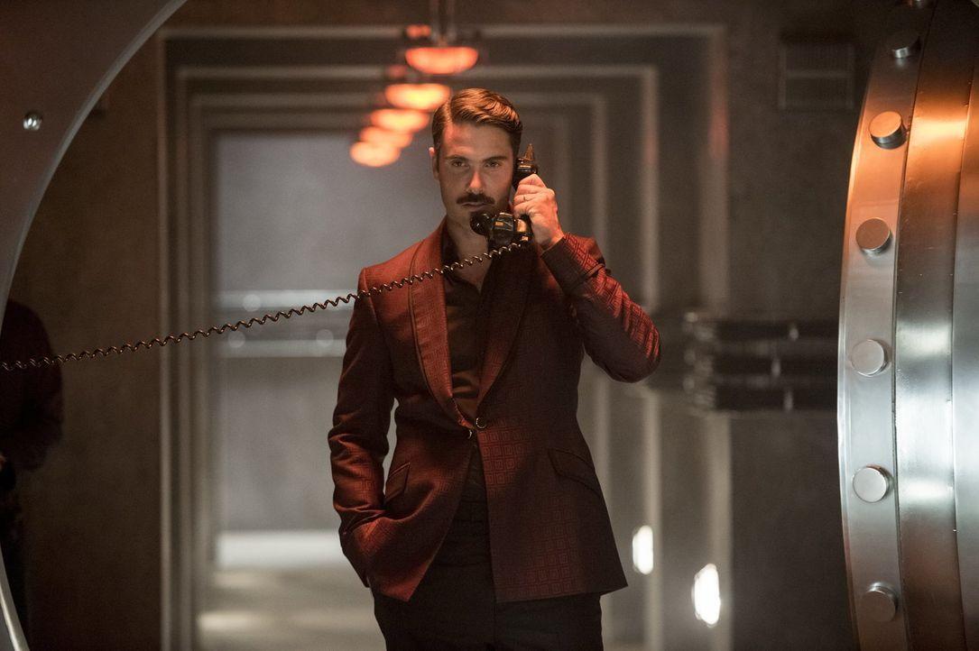 Der Casanova Alexander Vinciguerra (Luca Calvani) macht der hübschen Gaby Avancen, nicht ahnend, dass sie zu einer Gruppe Agenten gehört, die seine... - Bildquelle: Warner Bros.