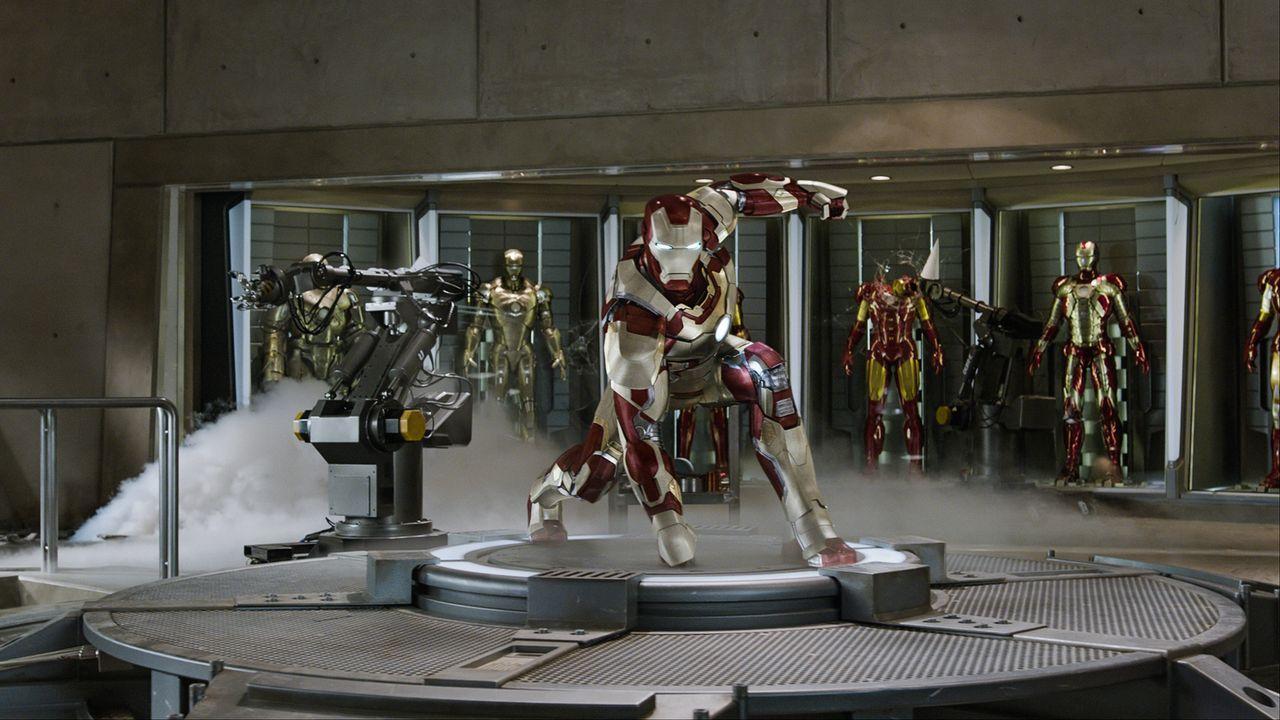 Die nicht abschüttelbare Angst vor der nächsten Gefahr und seine immer wiederkehrenden Panikattacken treiben Tony Stark (Robert Downey Jr.) an, imme... - Bildquelle: TM &   2013 Marvel & Subs. All Rights Reserved.
