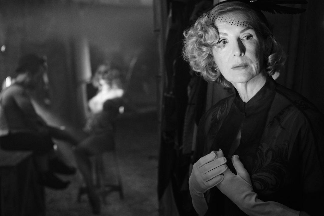 """(4. Staffel) - Gloria Mott (Frances Conroy) will ihren Sohn unbedingt von den """"Monstern"""" der Freak Show fernhalten, doch all ihre Bemühungen enden a... - Bildquelle: 2014, FX Network. All rights reserved."""