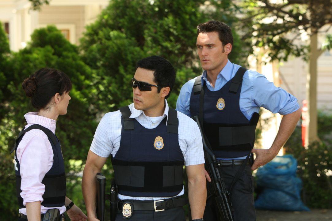 Versuchen einen neuen Fall zu lösen: Teresa (Robin Tunney, l.), Kimball (Tim Kang, M.) und Wayne (Owain Yeoman, r.) ... - Bildquelle: Warner Bros. Television