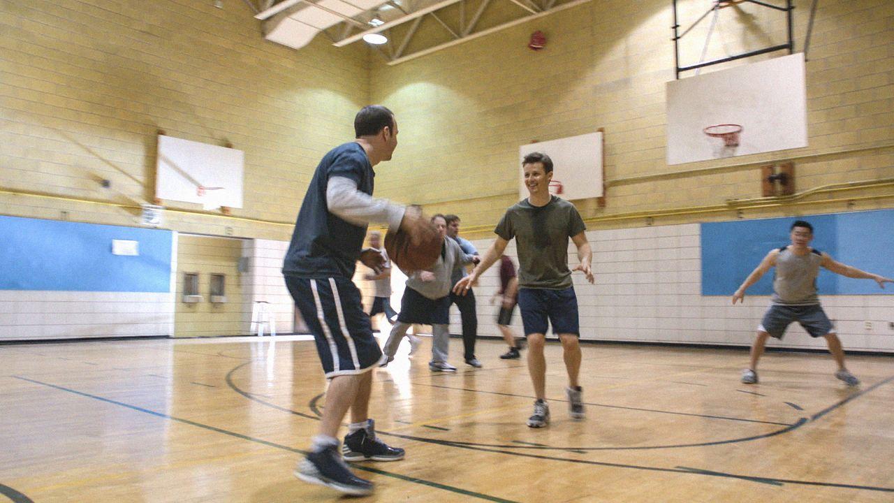 Während Danny (Donnie Wahlberg, l.) und Jamie (Will Estes, r.) nur in Ruhe Baskettball spielen wollen, haben es ihre Teamkollegen auf etwas anderes... - Bildquelle: 2013 CBS Broadcasting Inc. All Rights Reserved.