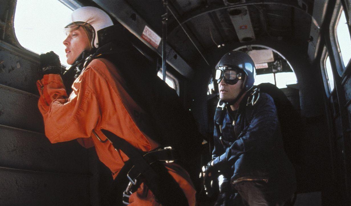 Ditch Brodie (Charlie Sheen, r.) ist Fallschirmspringer und ein chaotischer Freak. Eines Tages kommt eine junge, attraktive Kundin, Chris Morrow (Na... - Bildquelle: Buena Vista Pictures