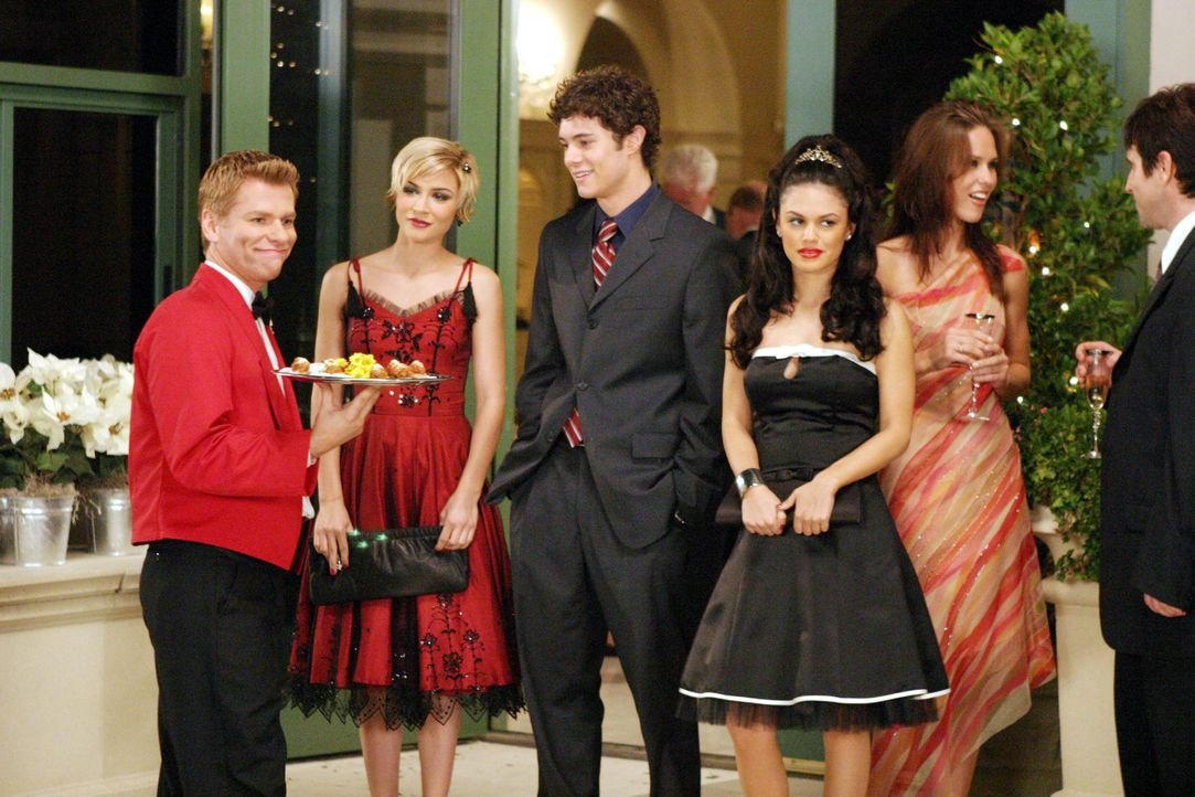Seth (Adam Brody, M.) wird von Anna (Samaire Armstrong, 2.v.l.) und Summer (Rachel Bilson, 2.v.r.) zu einer Entscheidung gezwungen ... - Bildquelle: Warner Bros. Television